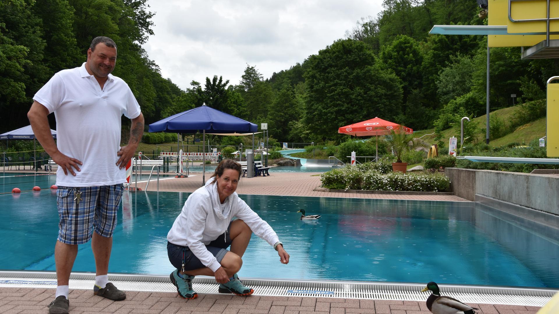 Die Rettungsschwimmer Nadja Bartels und Roland Tauschnik übernehmen erstmals diese Saison die Badeaufsicht im Igelbachba