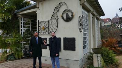 Schlüsselübergabe von Geschäftsführer Harry Krause an Bürgermeister Julian Christ im Katz'schen Garten