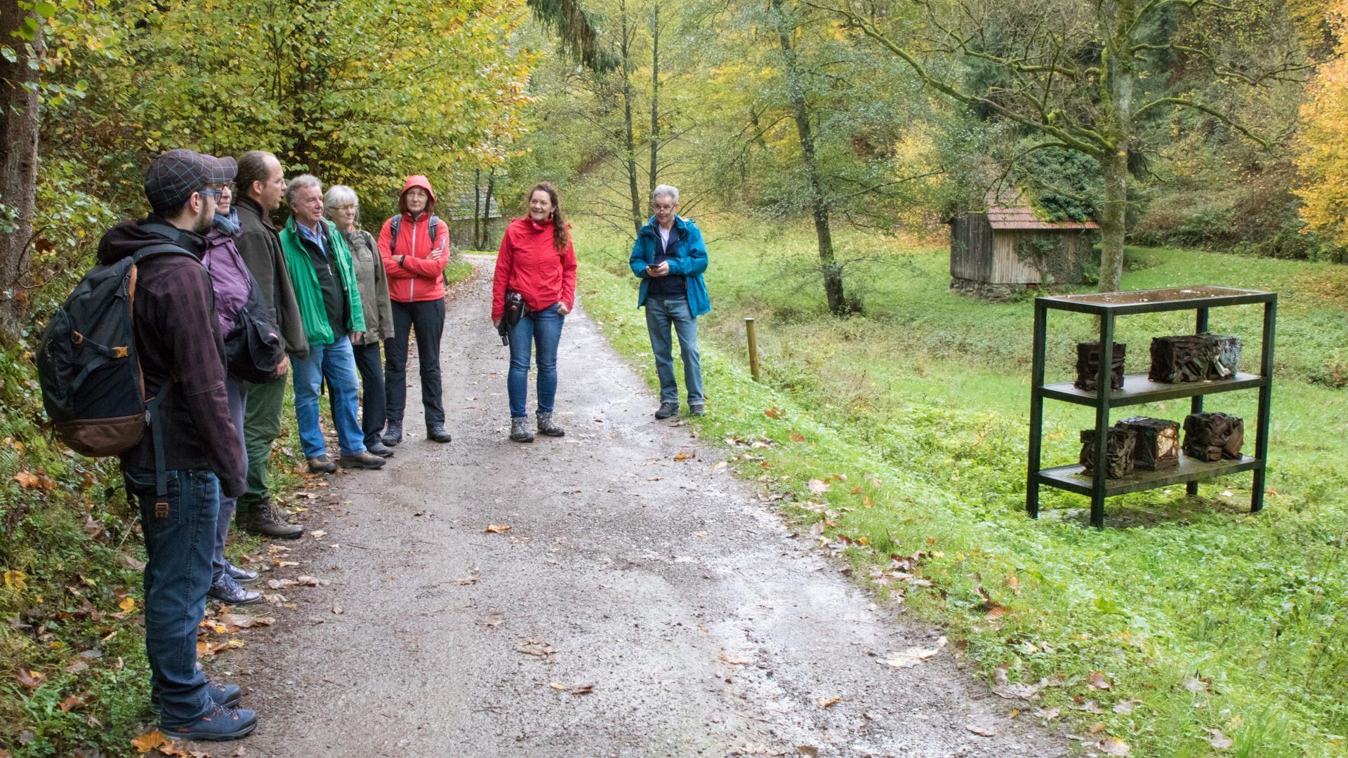 """Landschaftsgärtner Michael Buchholtz vom Verein """"Kunstweg am Reichenbach e.V."""" nahm Kunstinteressierte und Naturfreunde mit auf eine spannende Tour voller Highlights, beginnend mit der Skulptur """"To clear the wrong memory"""" von Sandra Meisel."""