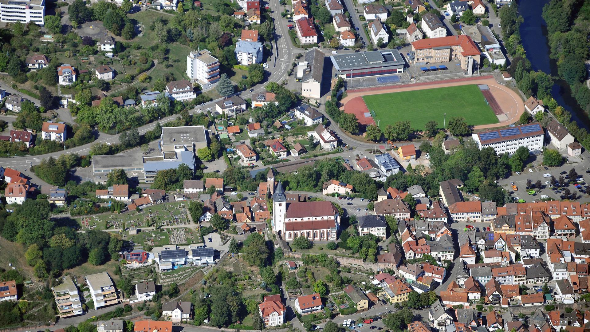 Luftbild Murgtal Gernsbach Kath. Kirche und Stadion