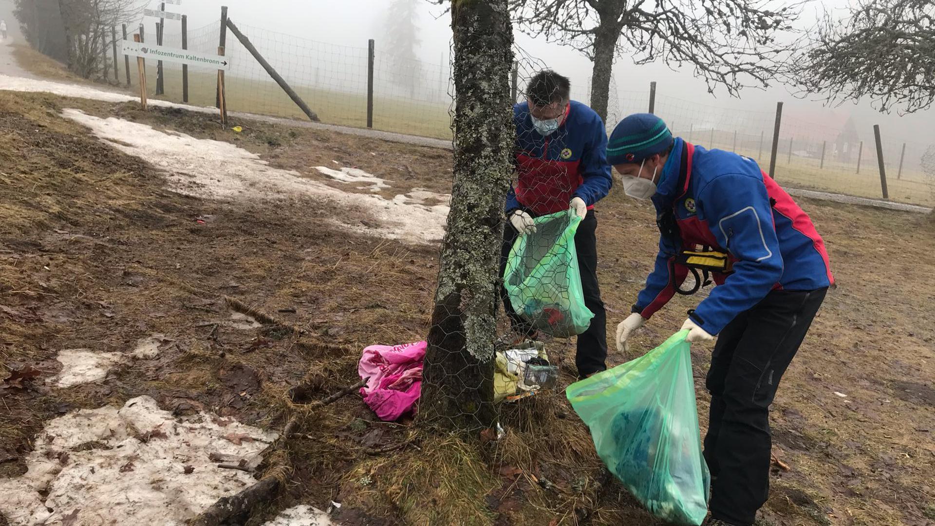 Verbissschutz wird zum Mülleimer: Mitglieder der Bergwacht Schwarzwald haben am Sonntag allerlei Unrat am Kaltenbronn in Gernsbach aufgesammelt.