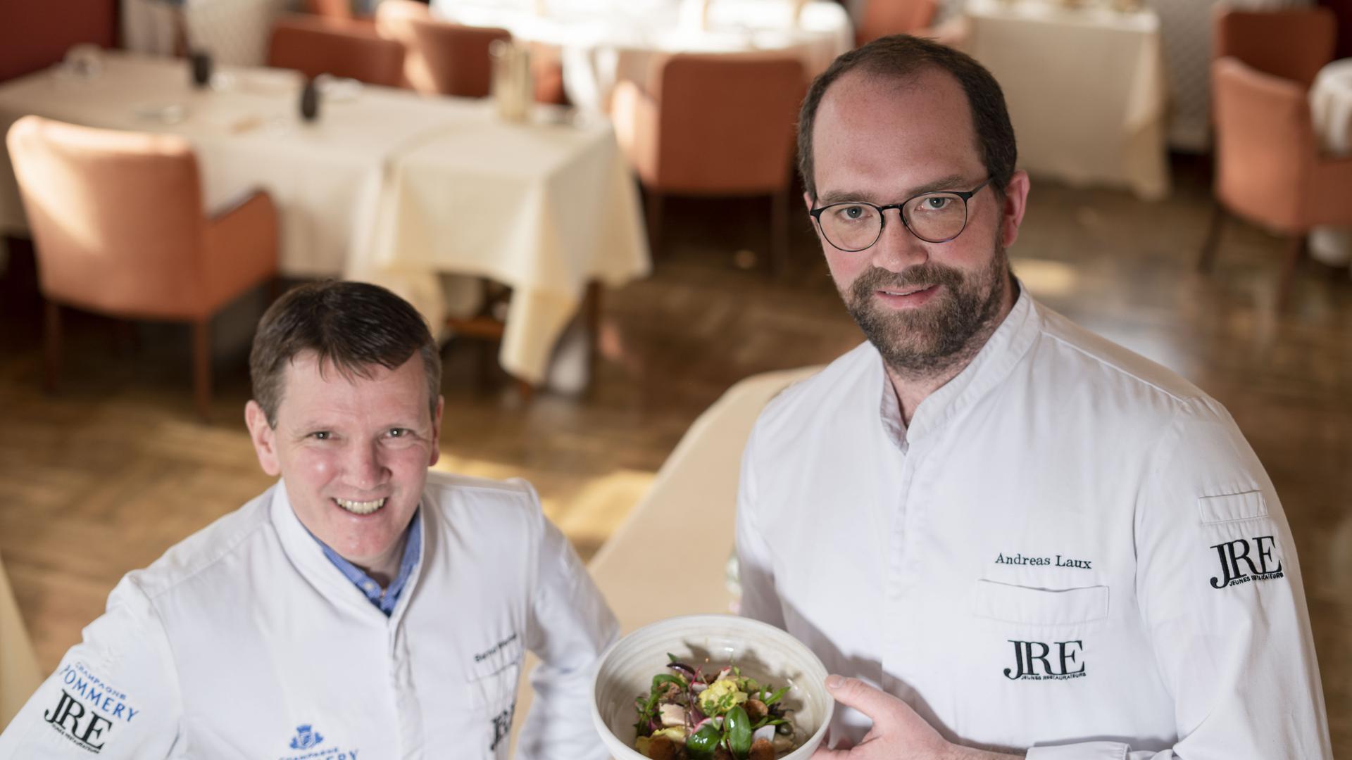 Bernd Werner und Andreas Laux vom Schloss Eberstein in Gernsbach mit Teller