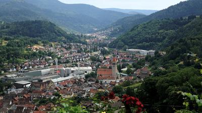 Blick nach Obertsrot mit Kirche, Wohnbebauung und Industrieanlagen