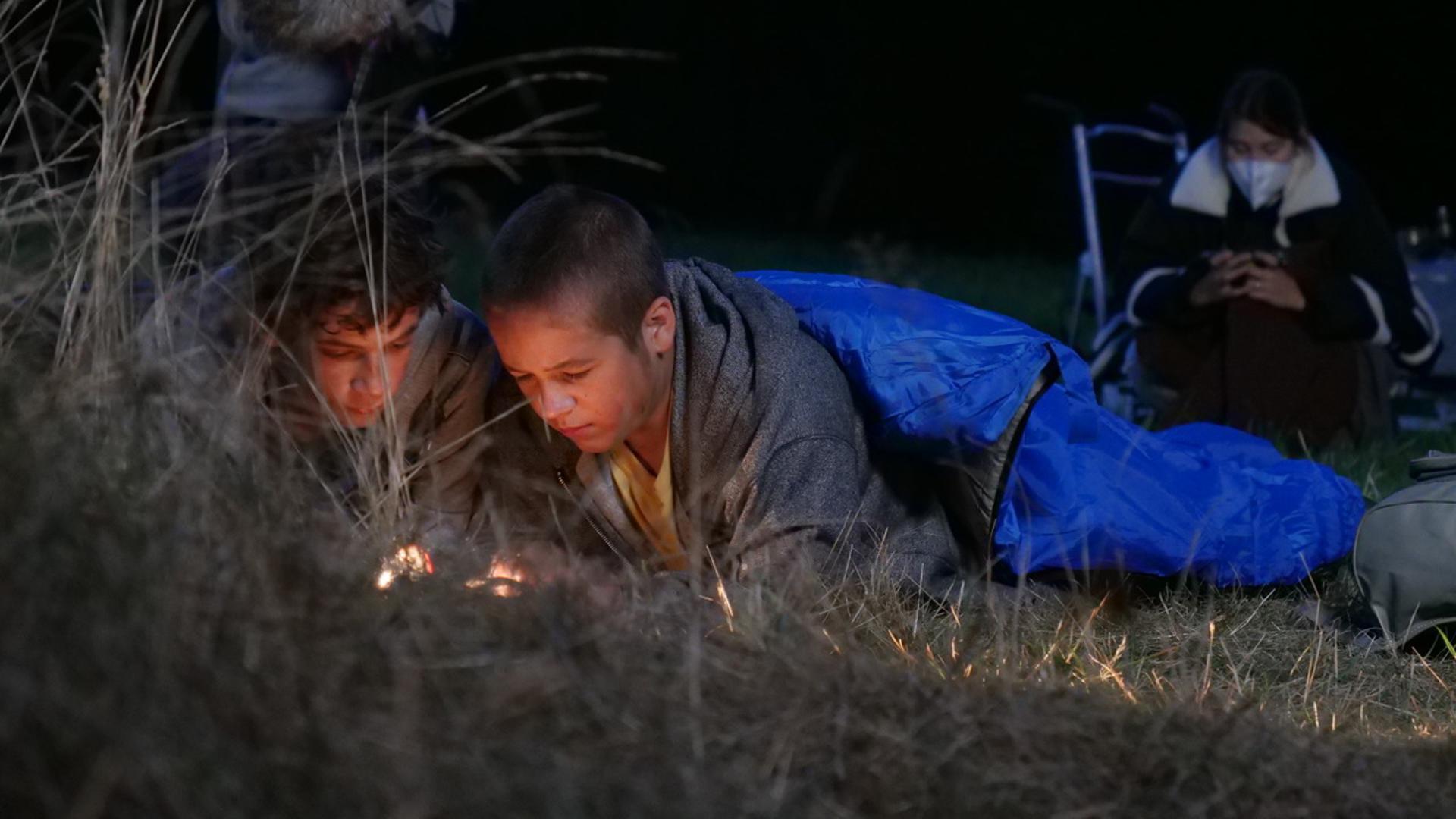 Die Hauptpersonen: Paul (Levi Eisenblätter) und Max (Jonas Oeßel) stehen im Zentrum der Geschichte.