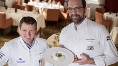 Bernd Werner und Andreas Laux zeigen Essen in ihrem Restaurant
