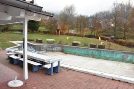 Leeres sanierungsbedürftiges Schwimmbadbecken ohne Wasser