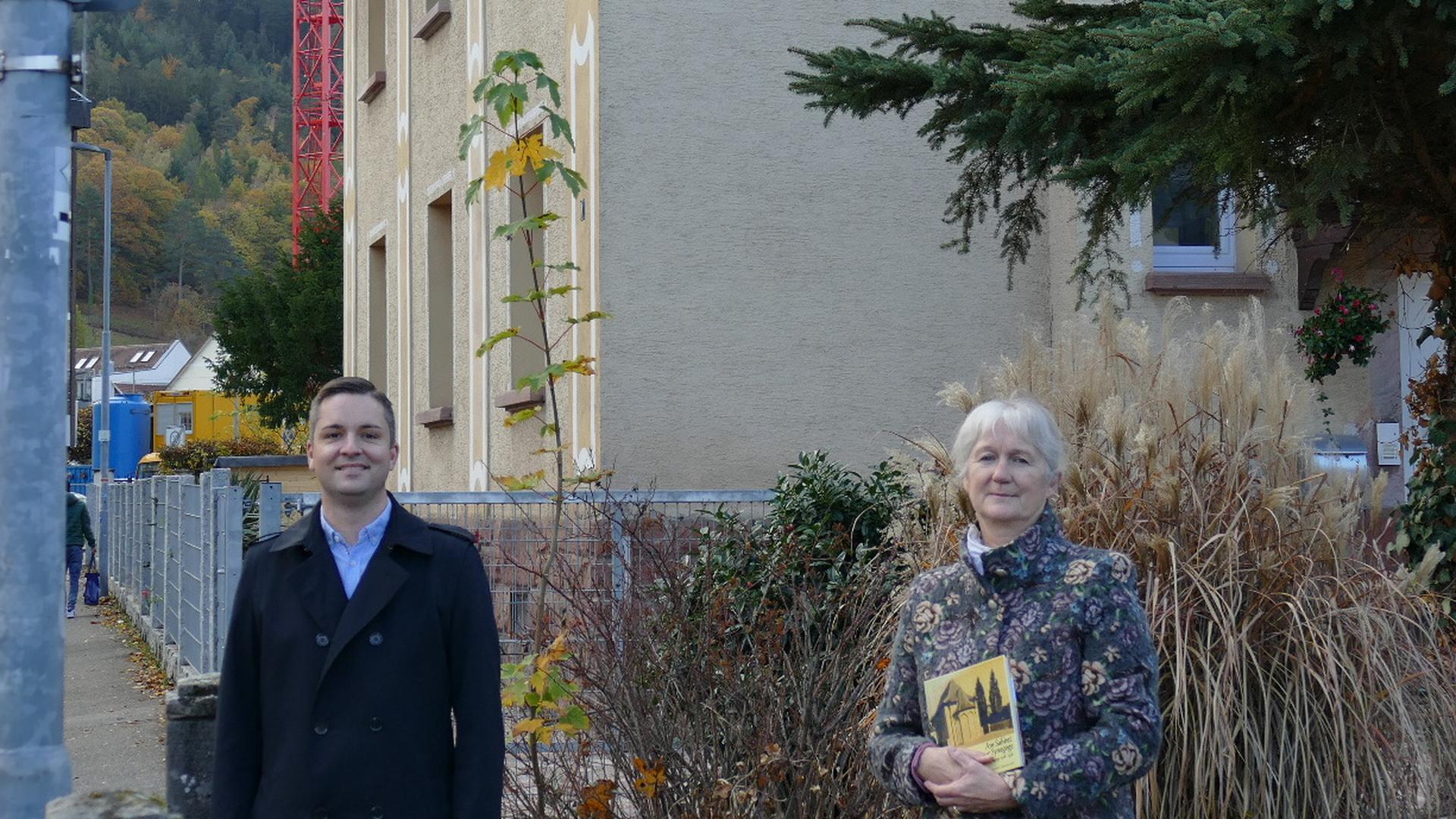 Bürgermeister Julian Christ und Regina Meier vom Arbeitskreis Stadtgeschichte bei der Einweihung des neuen Straßenschildes