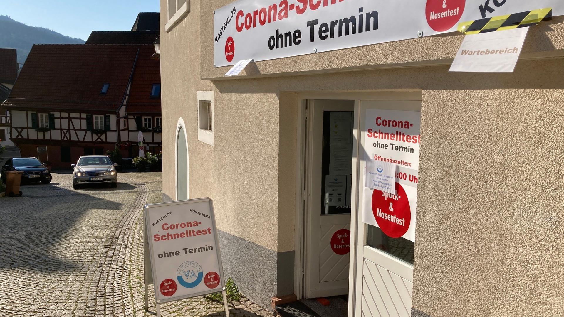 """Gebäude mit Aufschrift """"Corona-Schnelltest"""""""