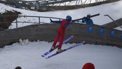 Begeisterter Skispringer: Das Gernsbacher Talent Theo Adam kurz vor der Landung.