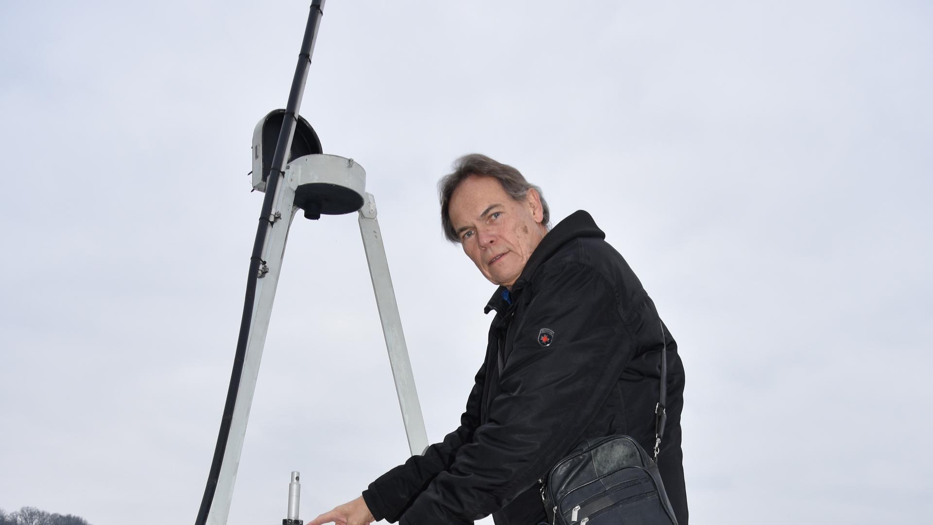 Thomas Felgner auf einer Leiter auf dem Dach des Albert-Schweitzer-Gymnasiums an der Meteoriten-Ortungskamera