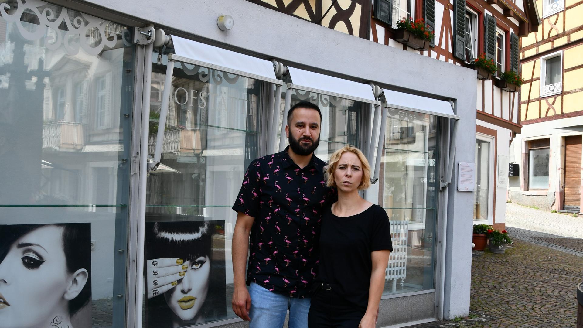 Tina und Hakan Aksoy vor der Hofstätte in Gernsbach