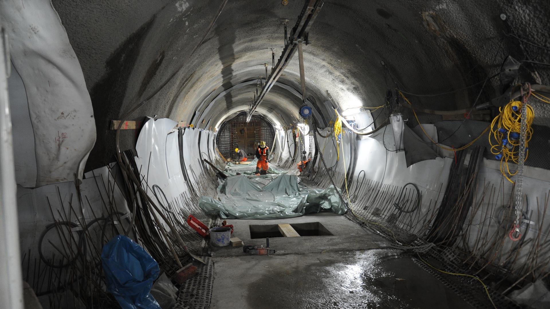 Die Arbeiten an den vier Rettungsstollen zum Gernsbacher Tunnel biegen auf die Zielgerade ein. Unter dem Bahnhof ist der Rohbau zwischenzeitlich in trockenen Tüchern. Das Gesamtprojekt soll im September 2021 fertig werden.