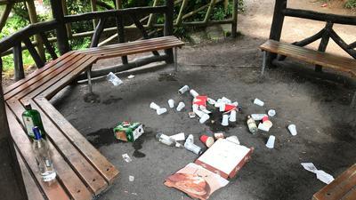 Sitzbänke und Müll