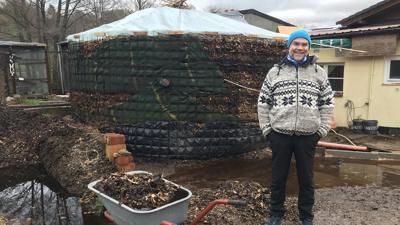 Nachhaltige Wärmequelle: Im Inneren des Biomeilers auf dem Weidenhof in Gernsbach herrschen Temperaturen von bis zu 65 Grad Celsius, erklärt Uwe Burkhardt. Und das auf ganz natürlichem Wege: Die Wärme entsteht bei der Zersetzung von Pferdemist und Holzhackschnitzeln.