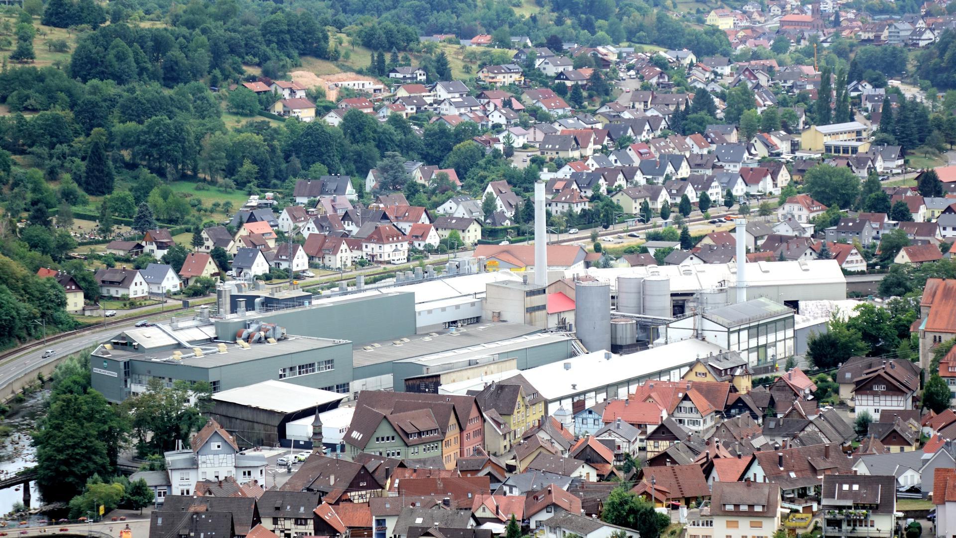Ansicht auf Obertsrot, im Fokus steht das Firmengelände des Kartonherstellers Mayr-Melnhof