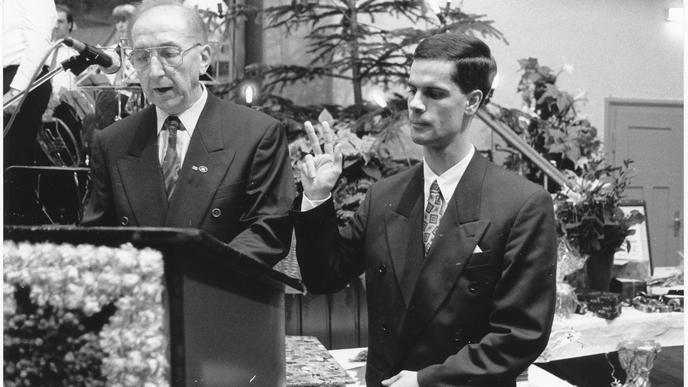 Nach seiner ersten Wahl zum Bürgermeister von Weisenbach wird Toni Huber im Dezember 1993 vom zweiten Bürgermeister-Stellvertreter Anton Miles verpflichtet.