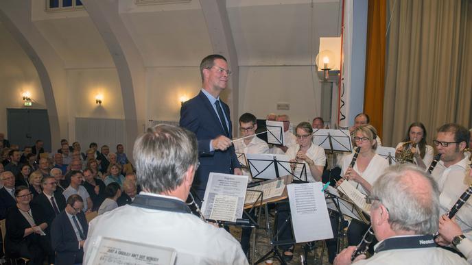 Den Taktstock wird Toni Huber weiterhin in der Hand halten, ab Mai als Landrat in Rastatt. Bei seiner Verabschiedung als Bürgermeister dirigierte er mit großer Freude das vereinigte Musikensemble Weisenbach/Au.