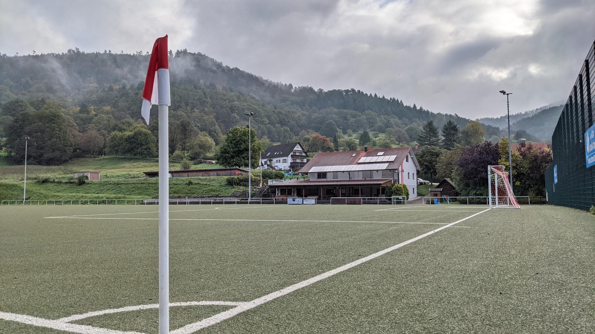 Ein Fußballplatz von der Eckfahne aus fotografiert