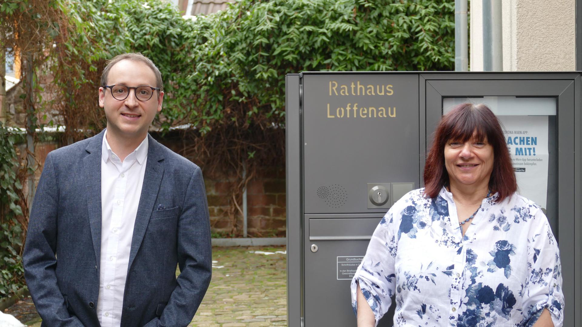Loffenaus Bürgermeister Markus Burger vor dem Rathaus mit der langjährigen Mitarbeiterin Heidrun Adam