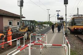 Endstation Gernsbach: Noch bis zum Sonntag einschließlich bleibt die Bahnstrecke zwischen Rastatt und Gernsbach wegen Bauarbeiten gesperrt, in diesem Abschnitt werden aktuell Busse eingesetzt. In Gernsbach wird Gleis eins erneuert.