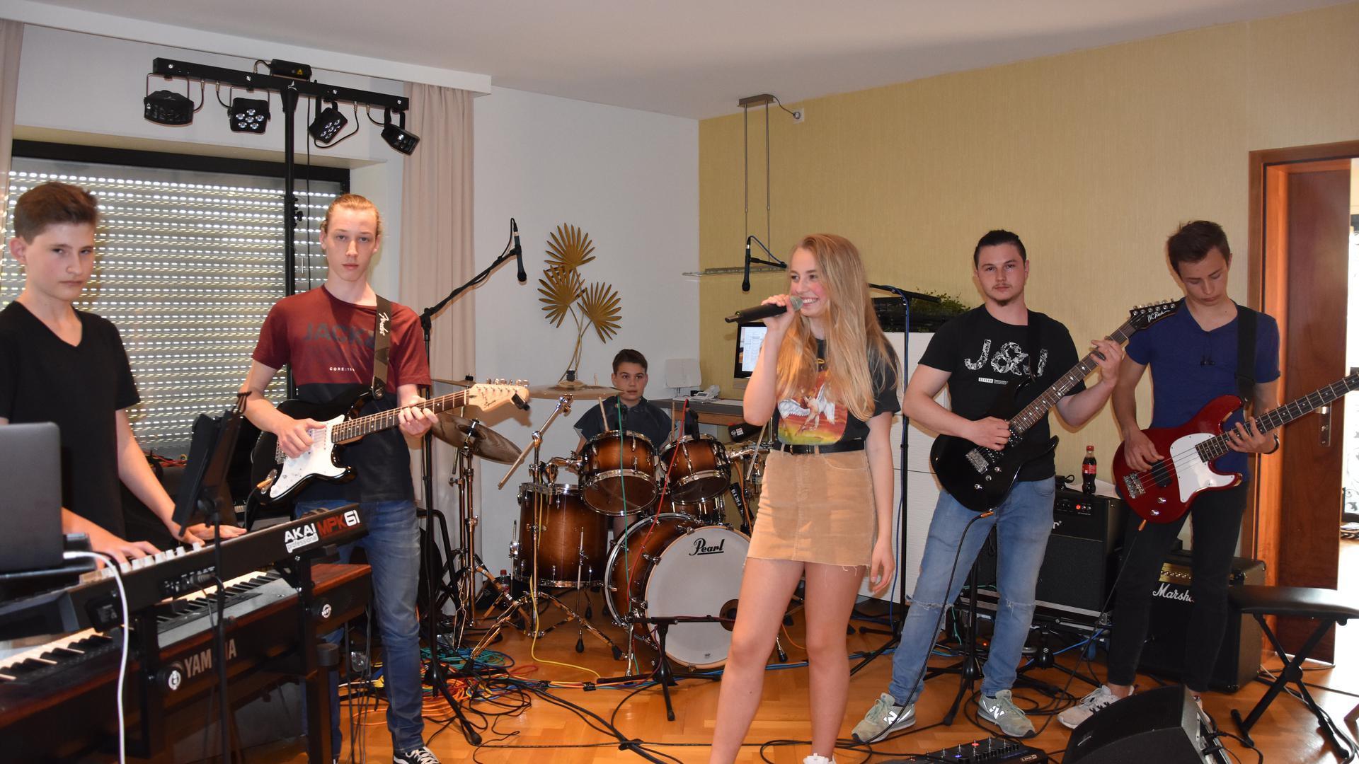 """GESUCHT UND GEFUNDEN hat die Voice Kids Finalistin Oliwia Jungmusiker für die Band """"Wanted"""" . Sie treten bei einem zweitägigen Sommerfest einer Karnevalsvereinigung in Karlsruhe auf."""
