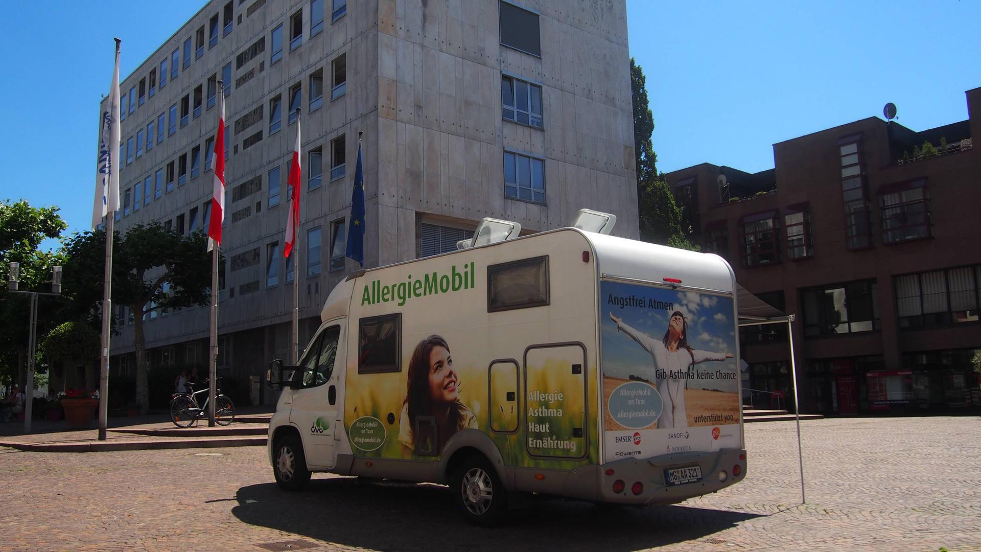 Auf dem Marktplatz in Gaggenau werden Bürger beispielsweise über Asthma informiert. Das Fahrzeug des Deutschen Allergie- und Asthmabunds ist deutschlandweit unterwegs.