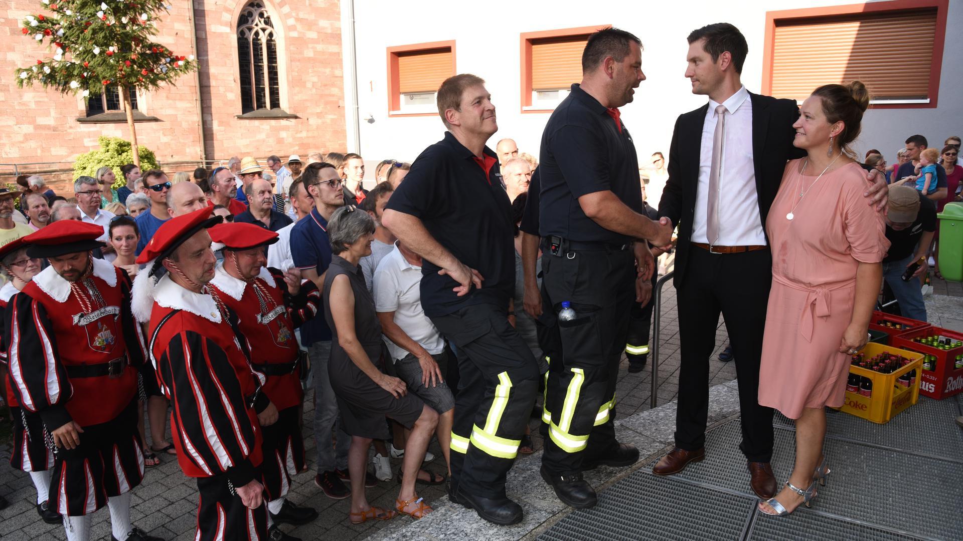 Die Feuerwehr gratuliert dem neuen Weisenbacher Bürgermeister Daniel Retsch und seiner Frau Justyna.