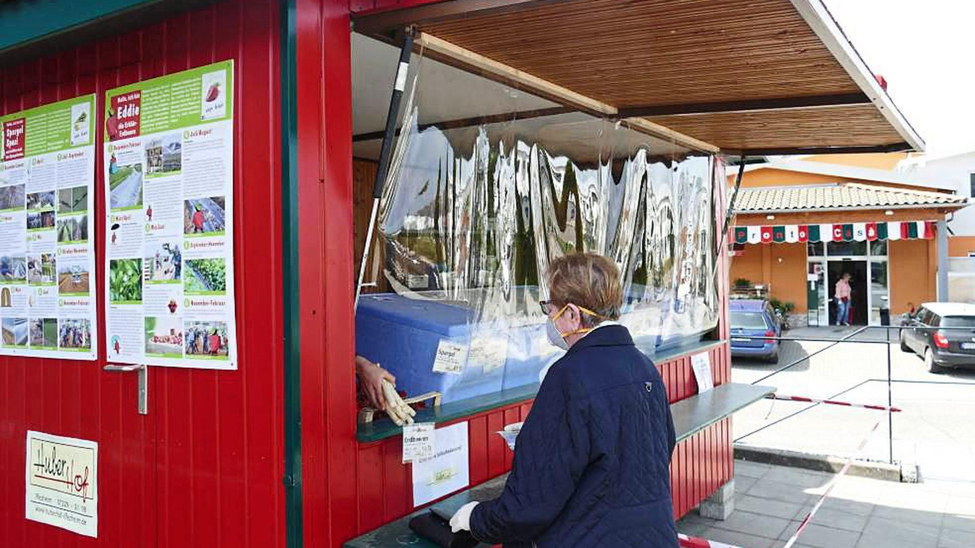 VIELE KUNDEN schätzen es nach wie vor, sich an den örtlichen Verkaufsständen wie hier am Huber-Spargelstand in Ottenau zu versorgen. Foto: Krause-Dimmock