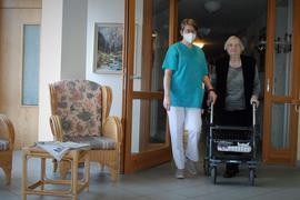 Betreuerin mit alter Frau
