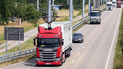 """Auf der """"eWayBW"""" Pilotstrecke fährt ein elektrisch betriebener Oberleitungs-Lastwagen."""