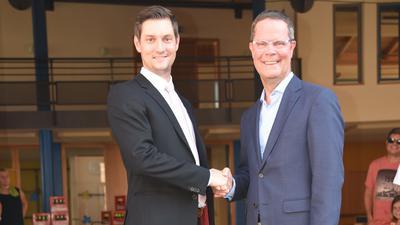 Glückwünsche vom Landrat: Toni Huber (rechts) war einst selbst jahrelang Bürgermeister der Gemeinde Weisenbach, die nun Daniel Retsch leitet.