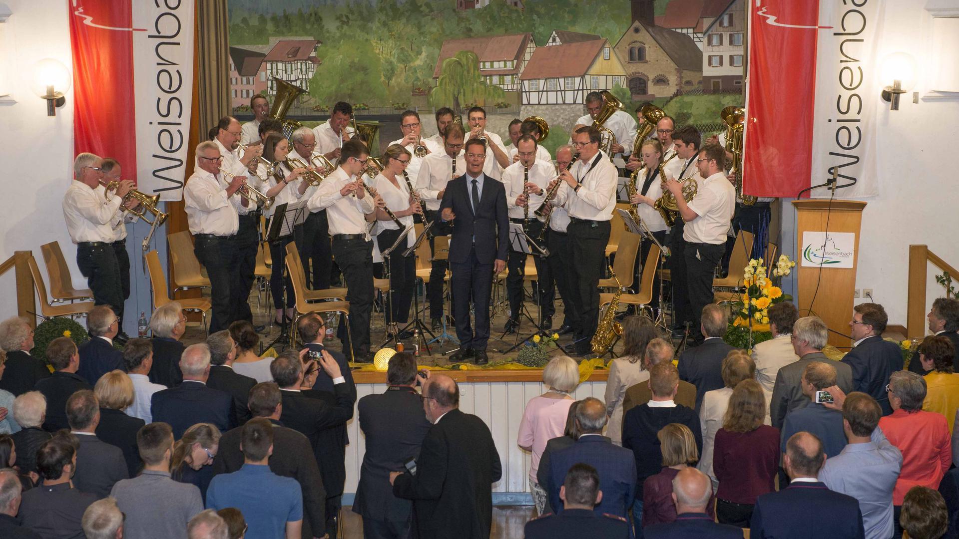 Bei seinem Abschied als Bürgermeister von Weisenbach im April 2019 greift Toni Huber zum Taktstock