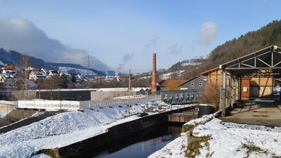 Weisenbach: Alte Holtzmann-Tankstelle mit Absperrung für Brückenneubau