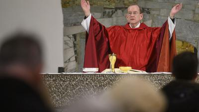 Stadtdekan Christian Hermes leitet während einer Gedenkveranstaltung zum 75. Jahrestag der Hinrichtung des württembergischen Staatspräsidenten Eugen Bolz einen Gottesdienst. Dieser wurde 1945 durch die Nationalsozialisten in Berlin-Plötzensee hingerichtet.