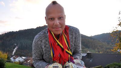 Reichlich Edelmetall: Der Weisenbacher Hip-Hop-Tänzer Giancarlo Jolibois präsentiert seine Medaillen.