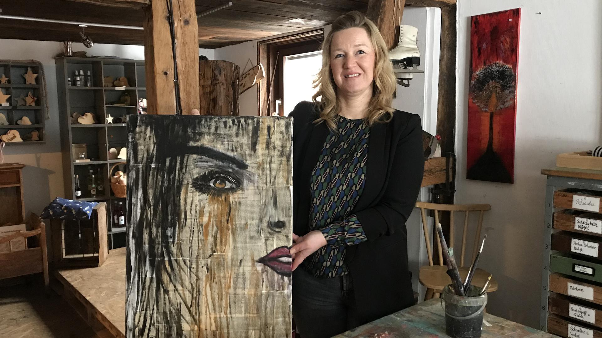 Eine Frau mit einem Bild in der Hand