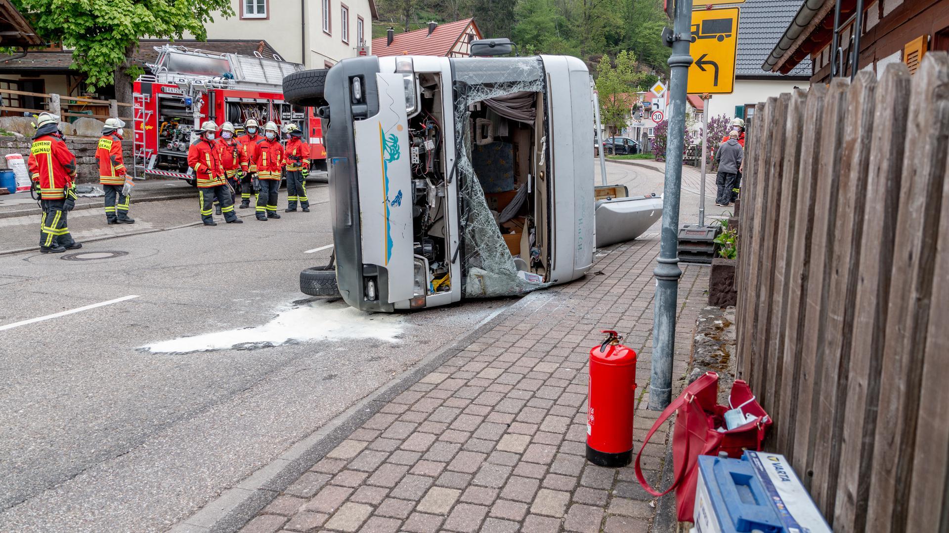 Am Maifeiertag ist ein Fahrer gegen 16 Uhr mit seinem Wohnmobil in der Ortsmitte von Gaggenau-Michelbach ins Schleudern geraten. Das Wohnmobil kippte dadurch auf die linke Seite.