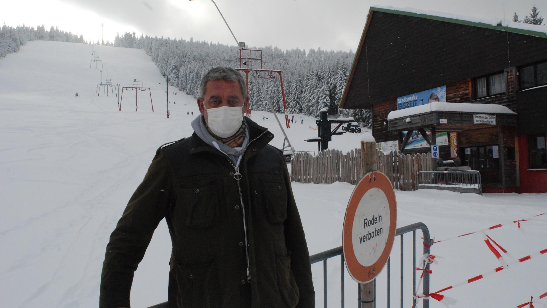 Der Geschäftsführer der Mehliskopf GmbH, Andreas Kern, vor dem Skihang. Der kann seit 9. Januar privat gemietet werden; der Öffentlichkeit steht er nicht zur Verfügung.
