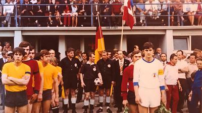 Großkampftag in Kuppenheim: Der Bischweierer Kapitän Edgar Rost (links) und Sloga-Spielführer Josip Dokozic gingen voran, als es vor 50 Jahren im ausverkauften Wörtelstadion um den Aufstieg ging.
