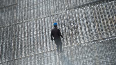 Ein Arbeiter steht auf einer Baustelle