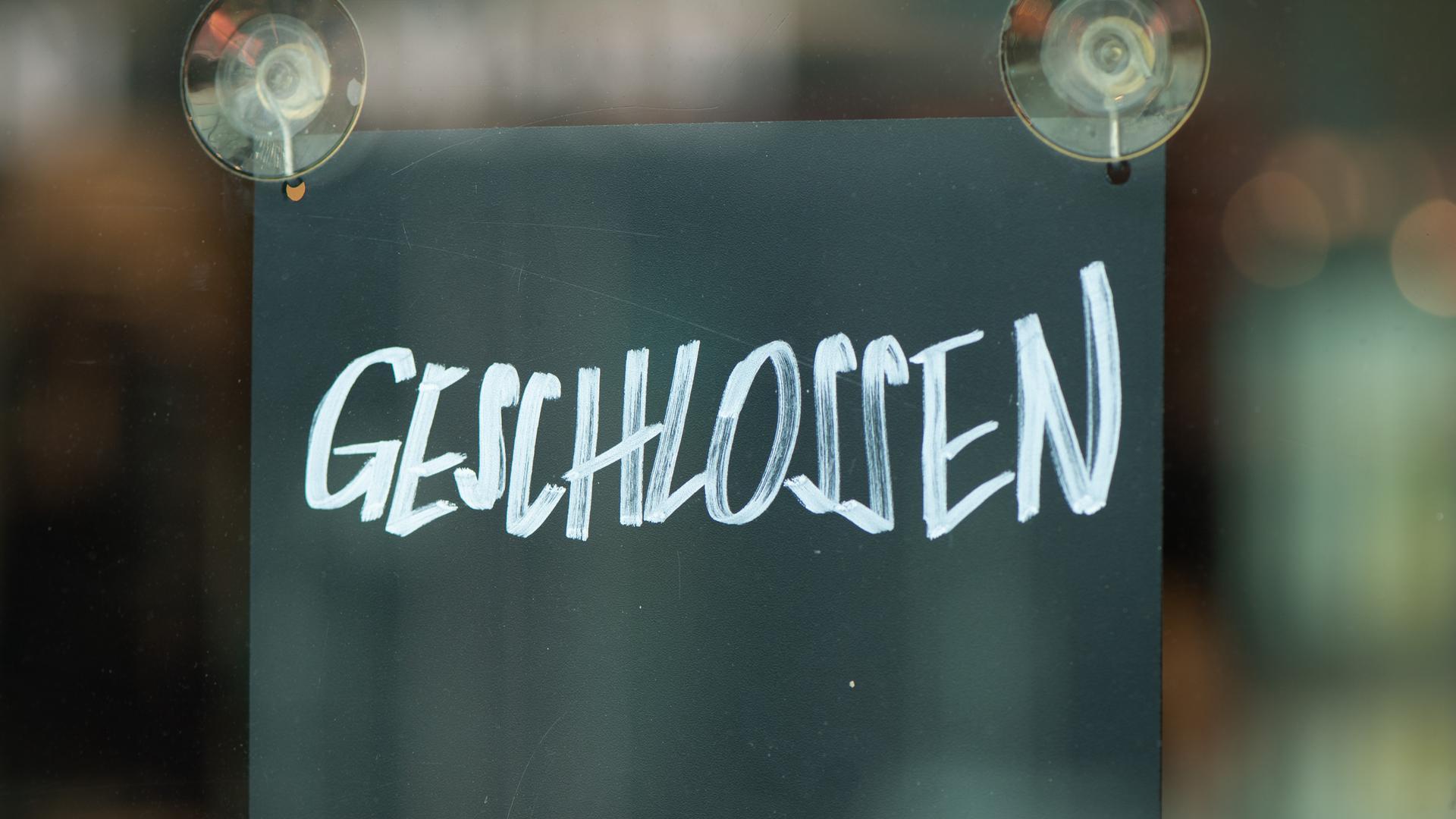"""Dresden: Ein Schild mit der Aufschrift """"Geschlossen"""" hängt im Fenster eines Geschäfts."""