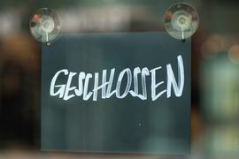 """16.04.2020, Sachsen, Dresden: Ein Schild mit der Aufschrift """"Geschlossen"""" hängt im Fenster eines Geschäfts. Foto: Sebastian Kahnert/dpa-Zentralbild/dpa +++ dpa-Bildfunk +++   Verwendung weltweit"""