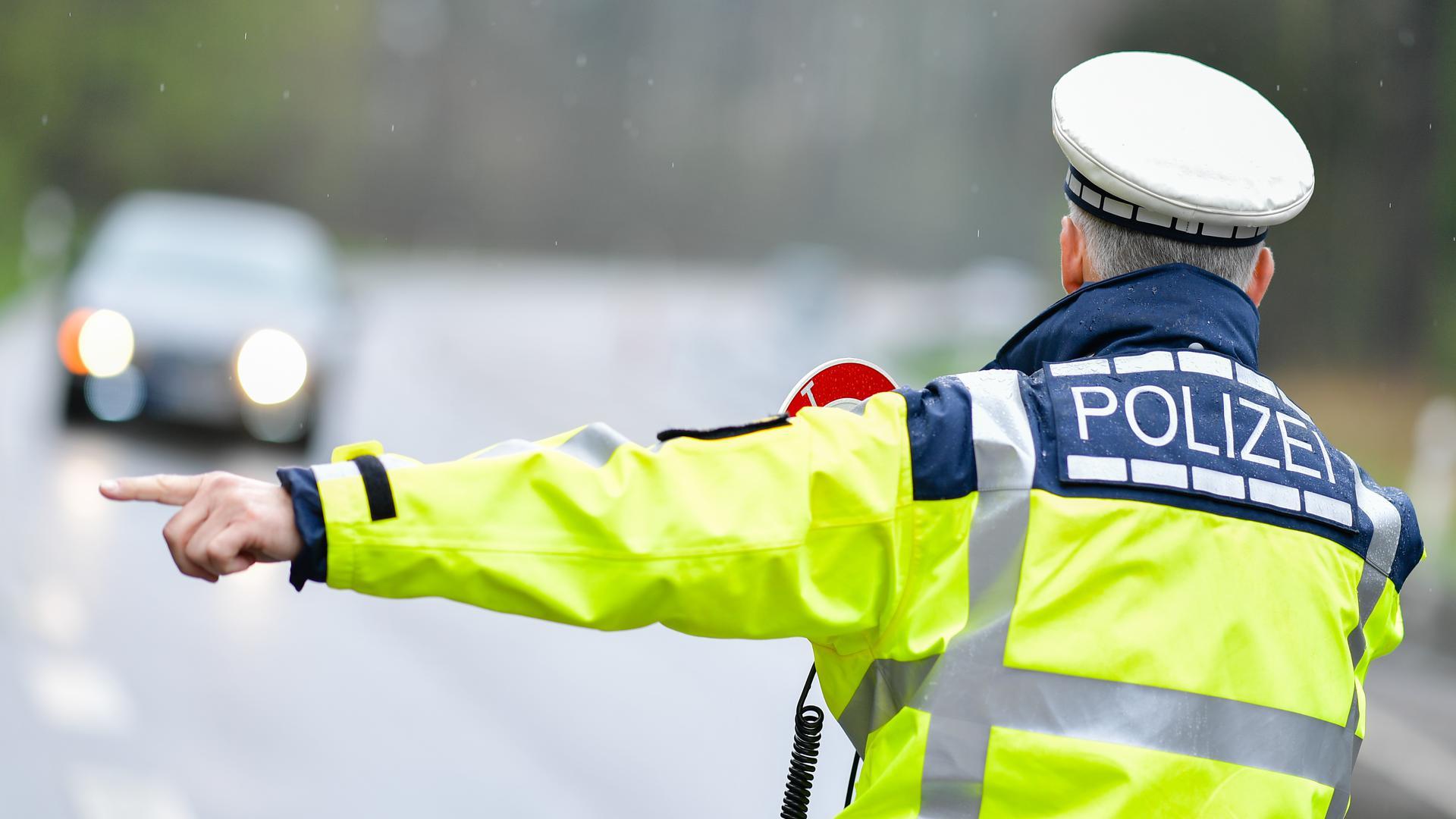 Ein Polizist bei einer Geschwindigkeitskontrolle an der Bundesstraße 292.