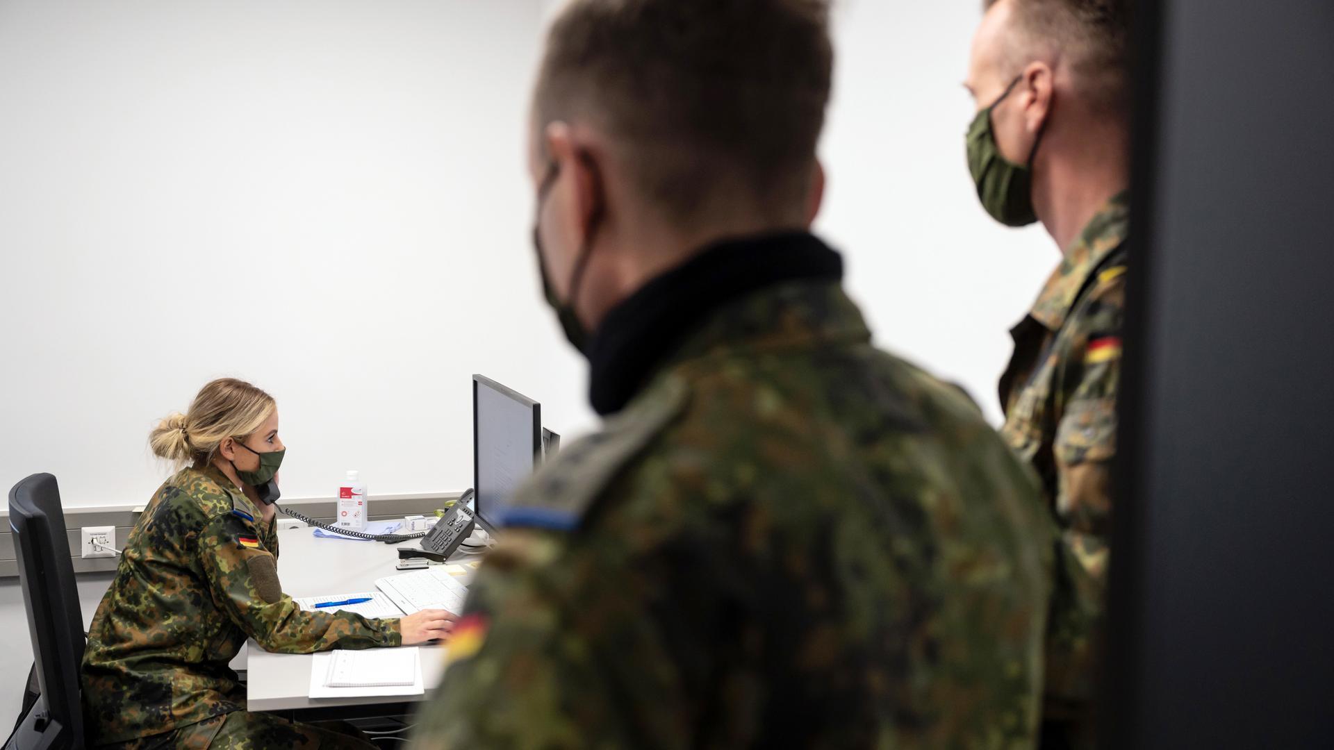 Soldaten bei der Kontaktverfolgung von Covid-19 infizierten Bürgern.