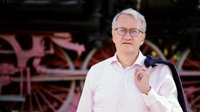 Portrait Matthias Katsch - Ein Mann steht vor einer Dampflok