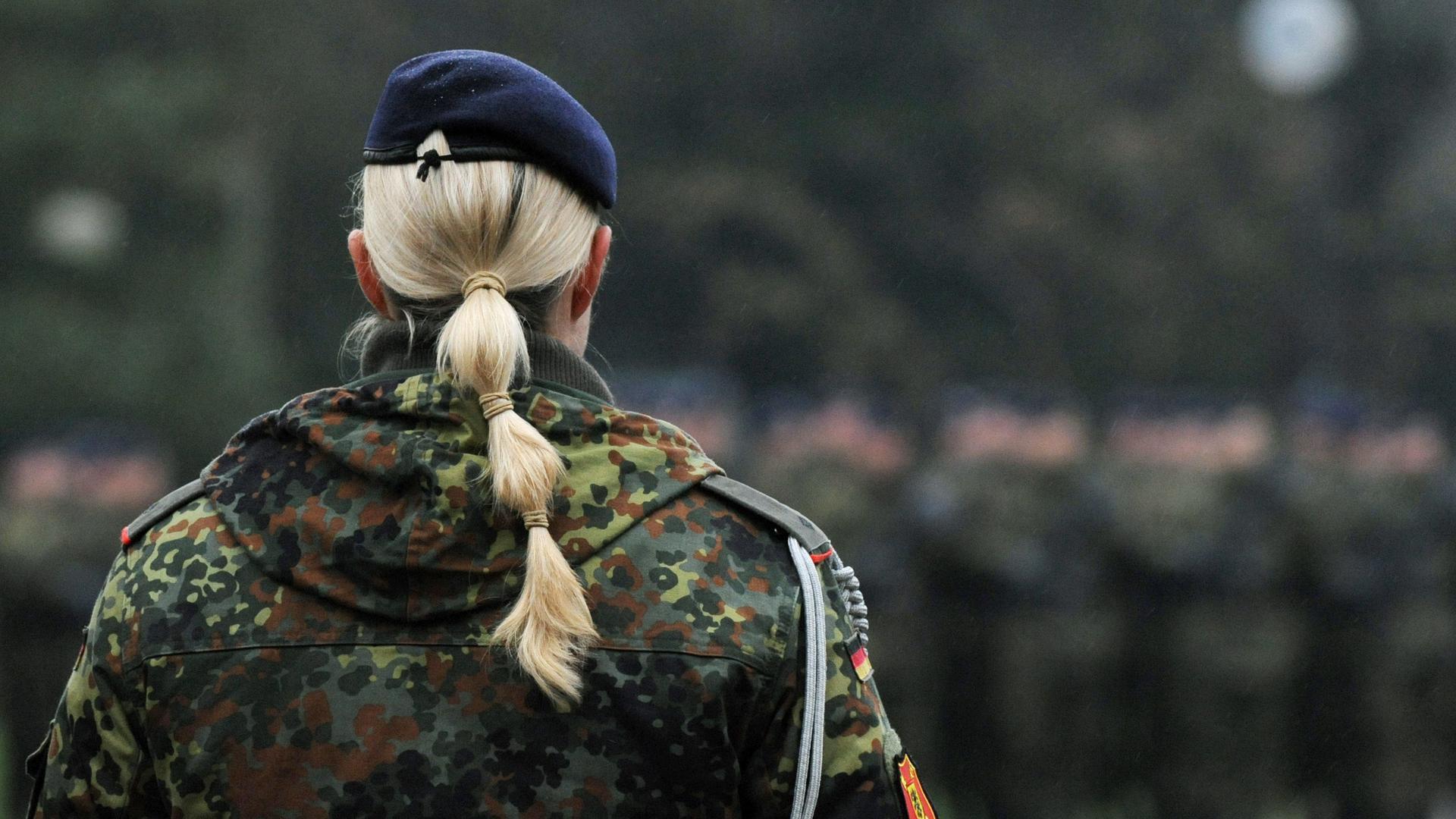Eine Soldatin beim Aufstellungsappell des Jägerbataillons 291.