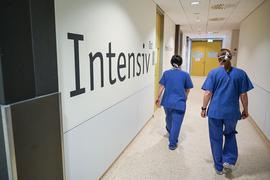 Zwei Pflegerinnen gehen i an dem Schriftzug «Intensiv» vorbei.