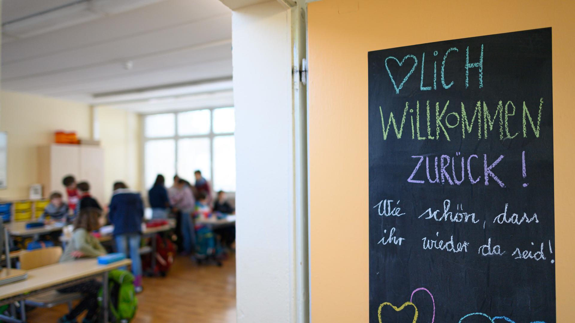 Schild an einer Tür eines Klassenzimmers.