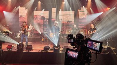"""Die Bandmitglieder von Truck Stop, Tim Reese (l-r), Teddy Ibing, Andreas Cisek, Knut Bewersdorff, und Dirk Schlag in Vertretung von Chris Kaufmann stehen während einer Durchlaufprobe vor dem Streaming Konzert """"Liebe, Lust & Laster"""" auf der Bühne. +++ dpa-Bildfunk +++"""