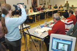 Eine Schülerin der Realschule in Seelbach (Ortenaukreis) steht am 15.11.2004 während einer Gemeinderatssitzung des Ortes hinter einer Videokamera.
